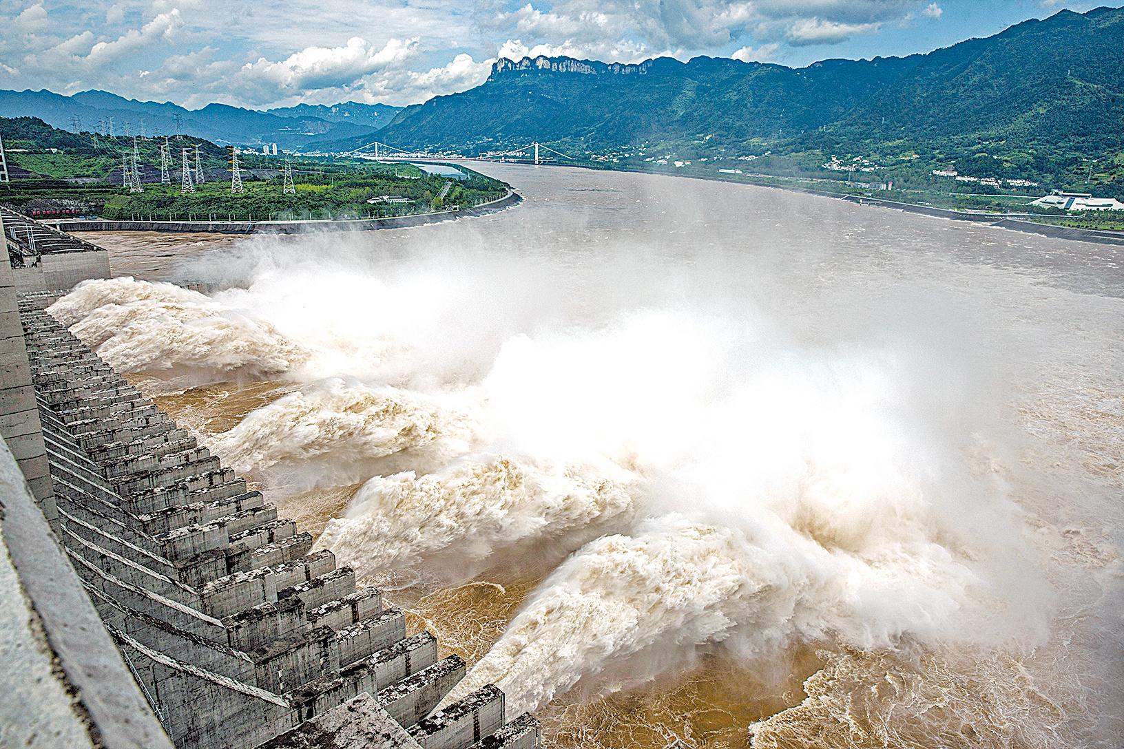 2020年7月19日,長江三峽大壩正在洩洪,造成下游洪災加重,許多農田和房屋被淹。(STR/AFP via Getty Images)