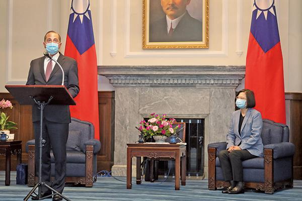 美國衛生部長阿扎爾(Alex Azar)周一(8月10日)會見台灣總統蔡英文,除表達美國的大力支持,更稱許台灣防疫成果是民主開放的明證。 (Getty Images)