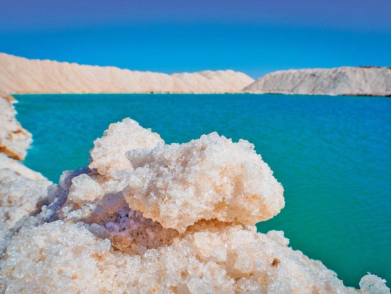 鹽池中的水含有很高的鹽份。