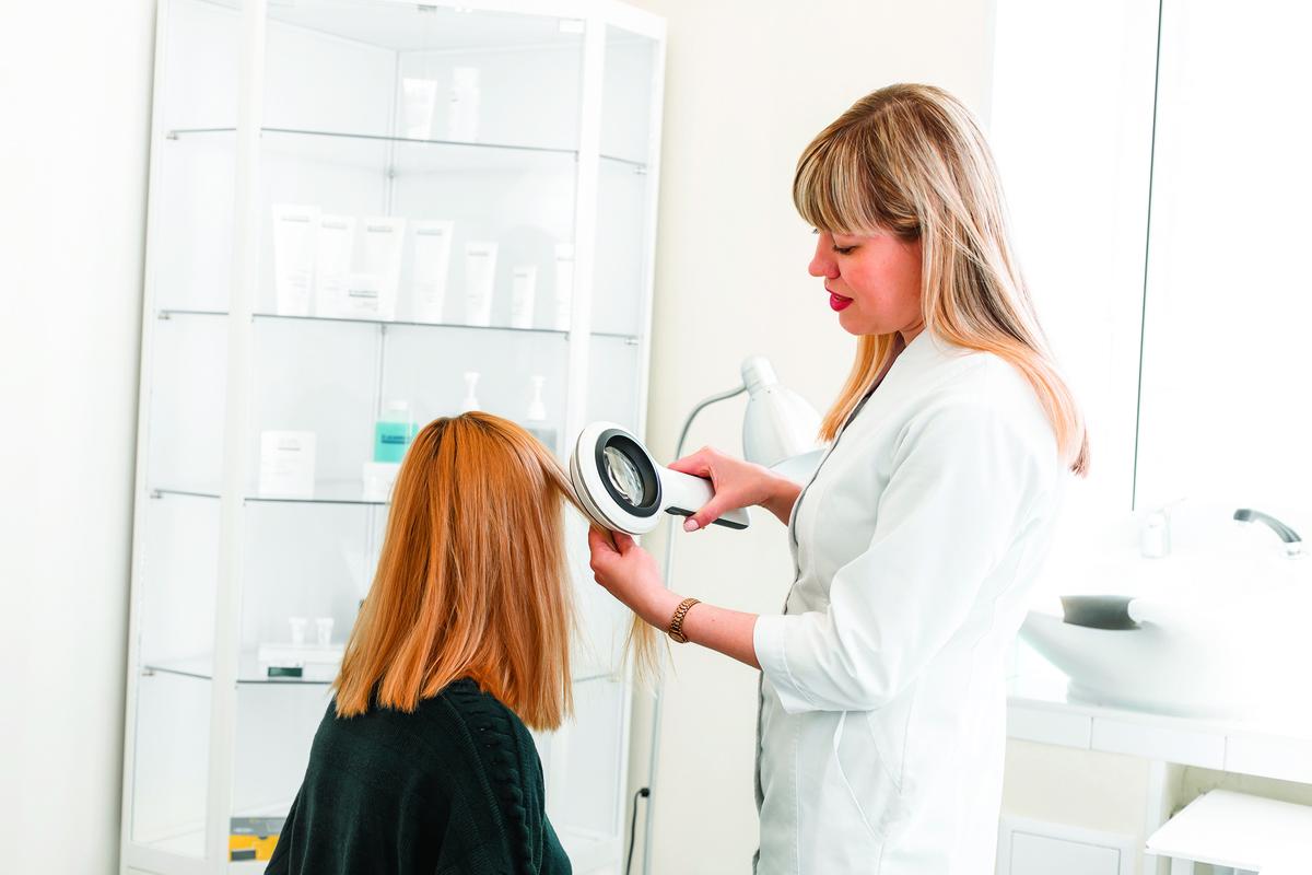 有多種因素會造成頭皮屑,建議你可詢問皮膚科醫師。