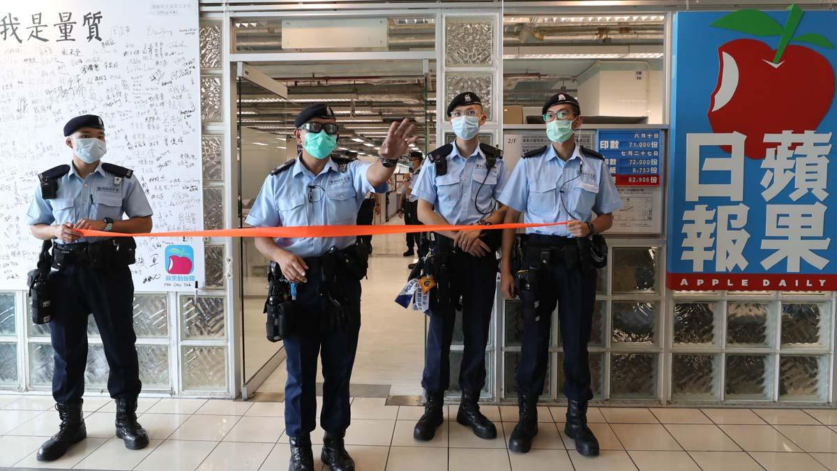 2020年8月10日,港警搜查《蘋果日報》大樓。(Handout/Getty Images)