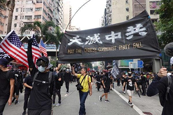 2019年9月29日,全球24個國家、65個城市舉行「全球連線—共抗極權」遊行。圖為香港灣仔遊行隊伍,抗爭者高喊天滅中共。(余鋼/大紀元)
