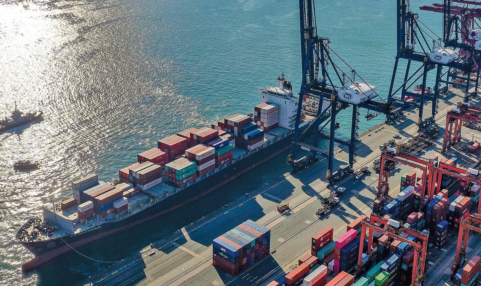 自今年9月25日起,美國將要求香港出口至美國的「香港製造(Made In Hong Kong)」商品須貼上「中國製造」(Made in China)的標籤。圖為停泊香港的貨櫃船。(大紀元資料室)