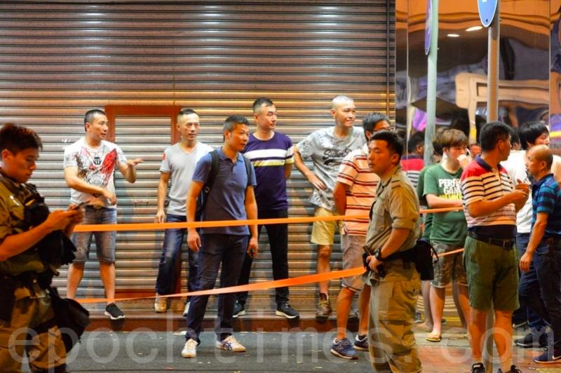 2019年8月11日,北角富臨皇宮附近有「福建幫」聚集,防暴警察在旁駐守。(宋碧龍/大紀元)