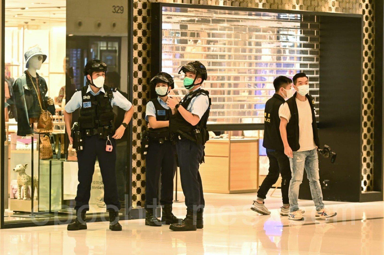 有大批警察進入沙田新城市廣場,搜查市民。(宋碧龍/大紀元)