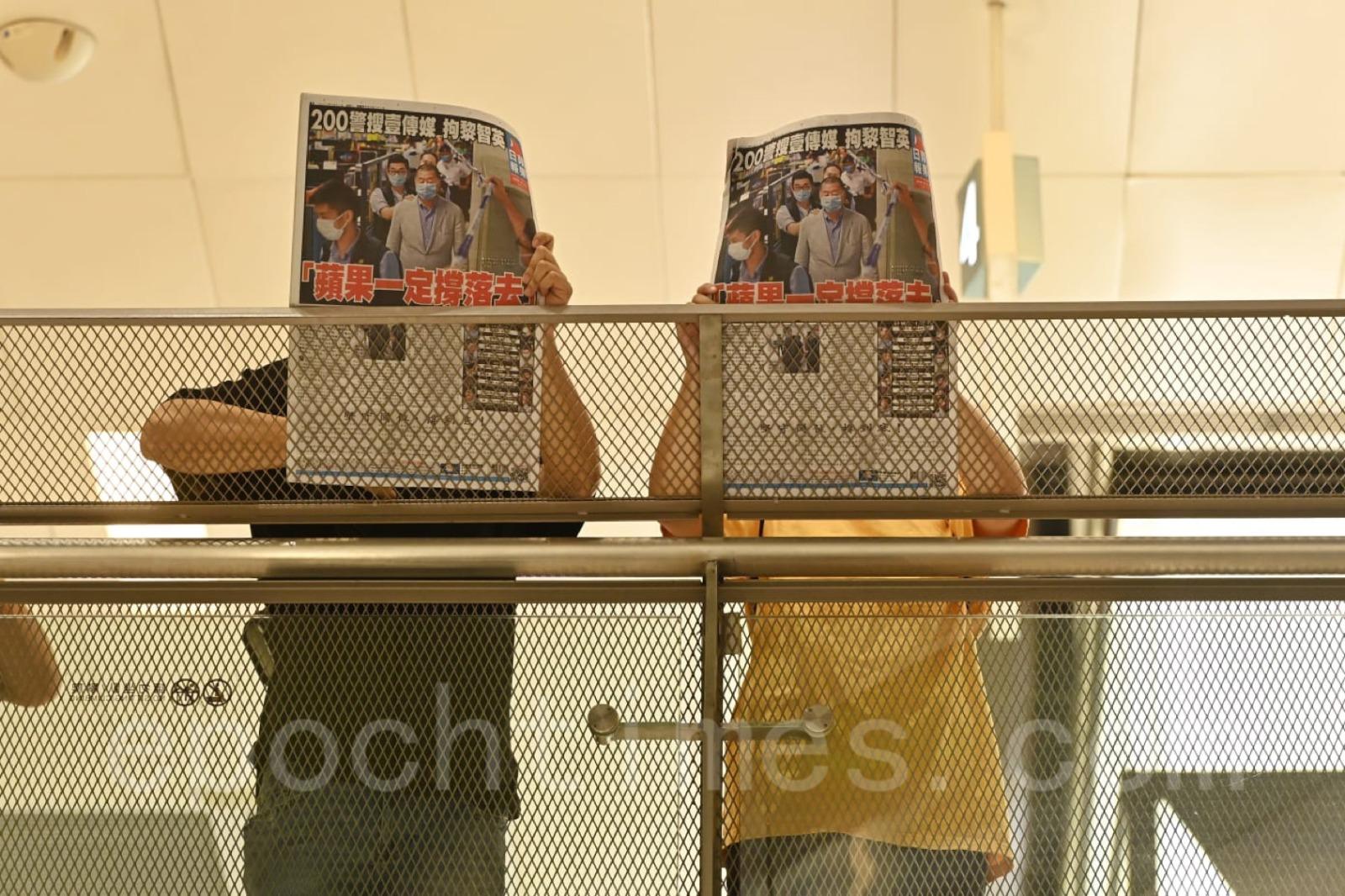 沙田新城市廣場,有市民手持《蘋果日報》抗議政府打壓新聞自由及言論自由。(宋碧龍/大紀元)