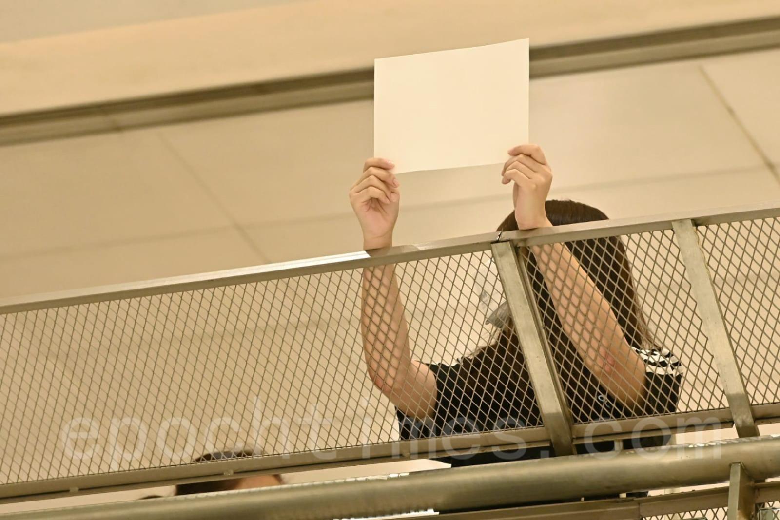 有市民手持白紙抗議。(宋碧龍/大紀元)