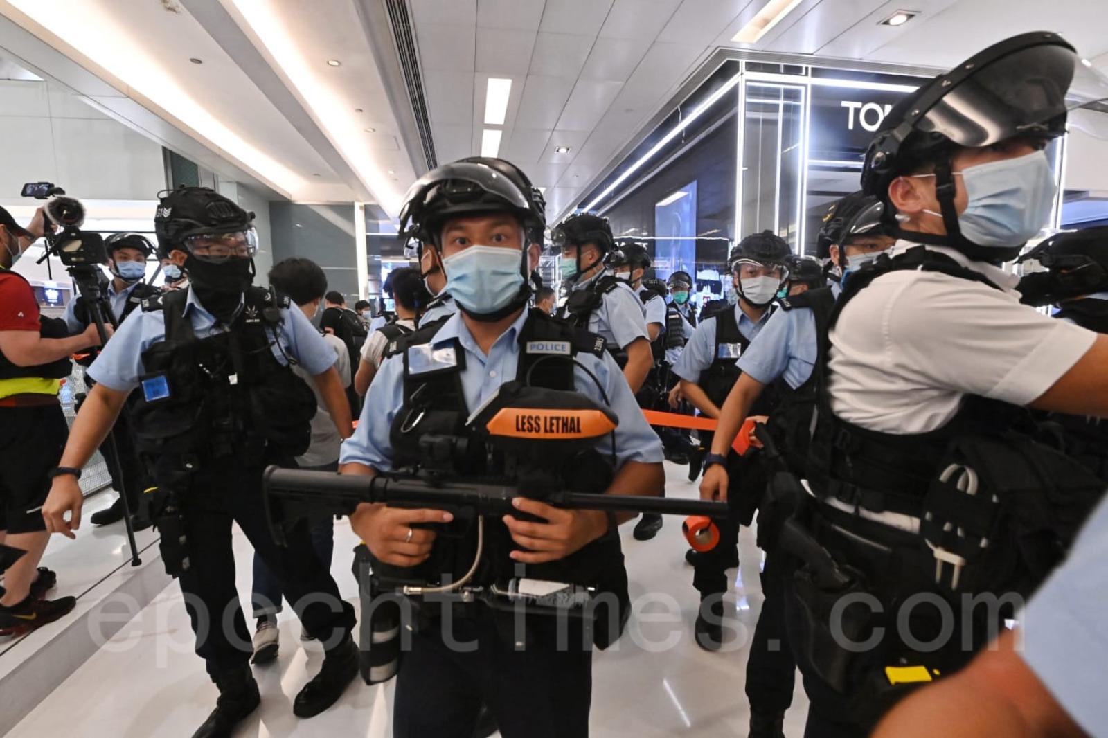 有大批警察進入商場,搜查市民。(宋碧龍/大紀元)