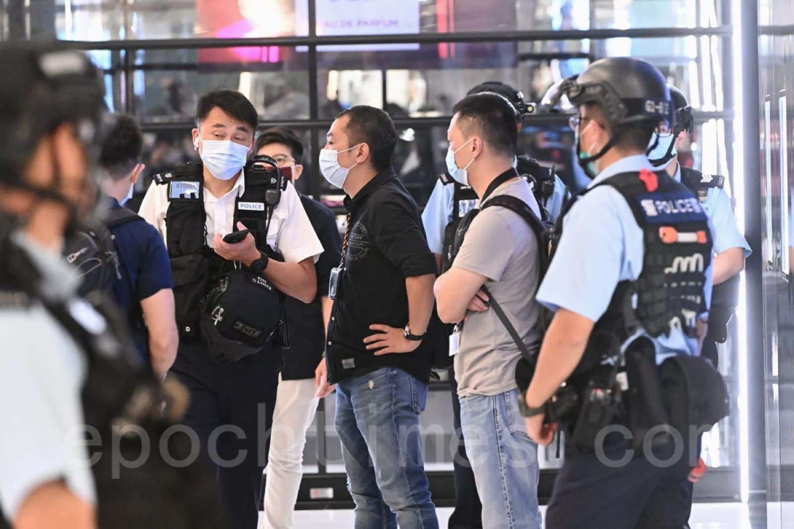 有大批警察進入商場。(宋碧龍/大紀元)