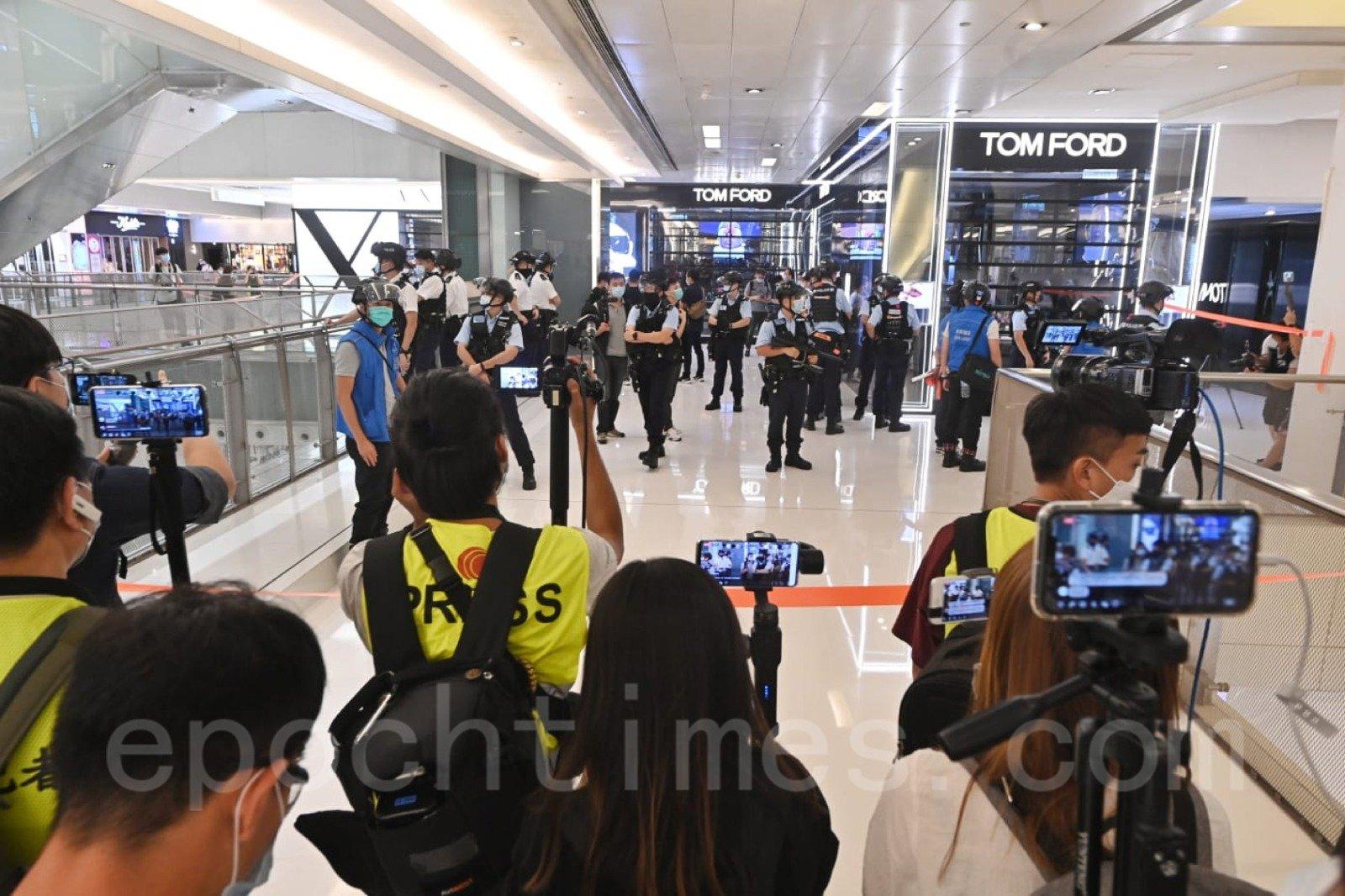 防暴警察拉起封鎖線封鎖商場。(宋碧龍/大紀元)