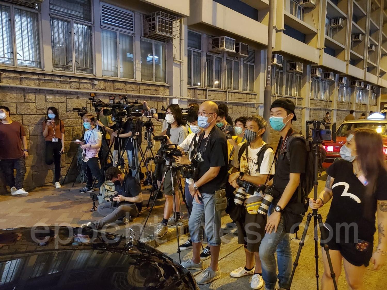 8月11日晚,黎智英在被捕逾36小時後獲准保釋,有大批傳媒在旺角警署門外等候。(宋碧龍/大紀元)