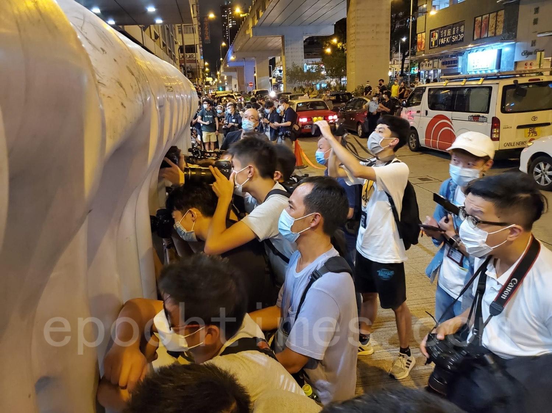 有大批傳媒在旺角警署門外等候。(宋碧龍/大紀元)