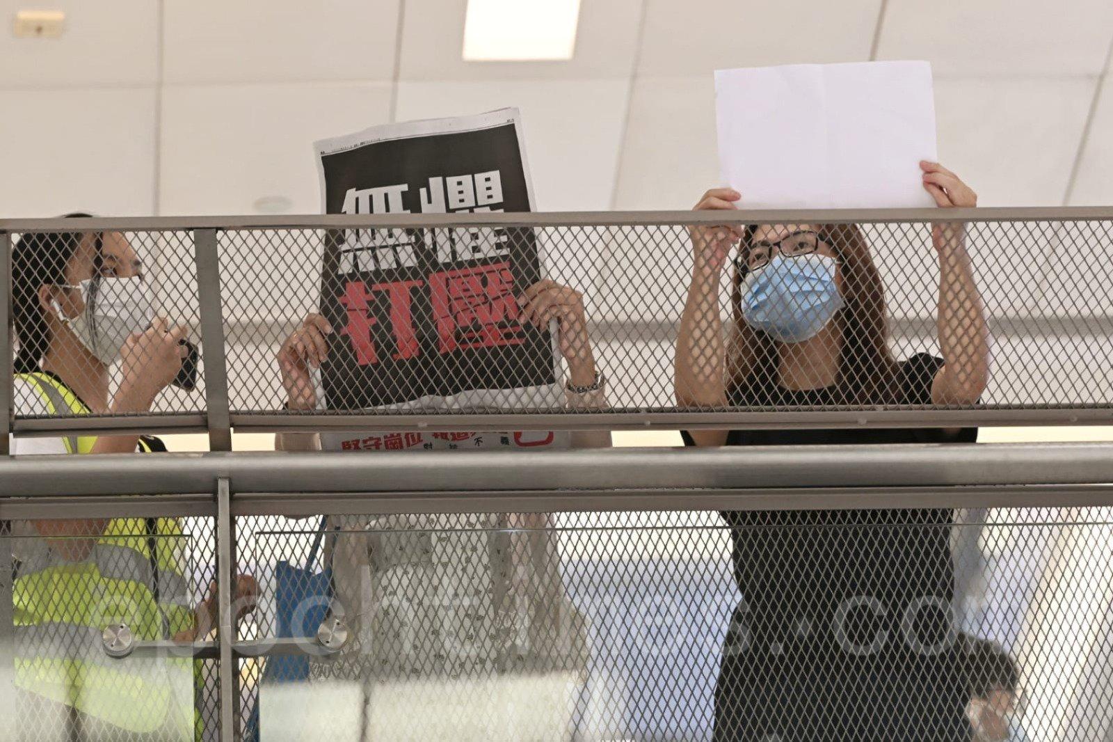 有市民手持白紙與標語抗議。(宋碧龍/大紀元)