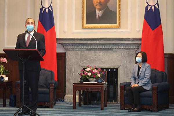 8月10日上午,中華民國總統蔡英文正式接見美國衛生與公共服務部部長阿扎爾。(中央社)