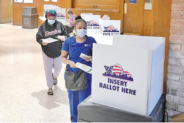 █ 美國正舉行總統大選初選。美國年輕人個資據指是被盜 取製造假駕照的目標。(Michael B. Thomas/Getty Images)