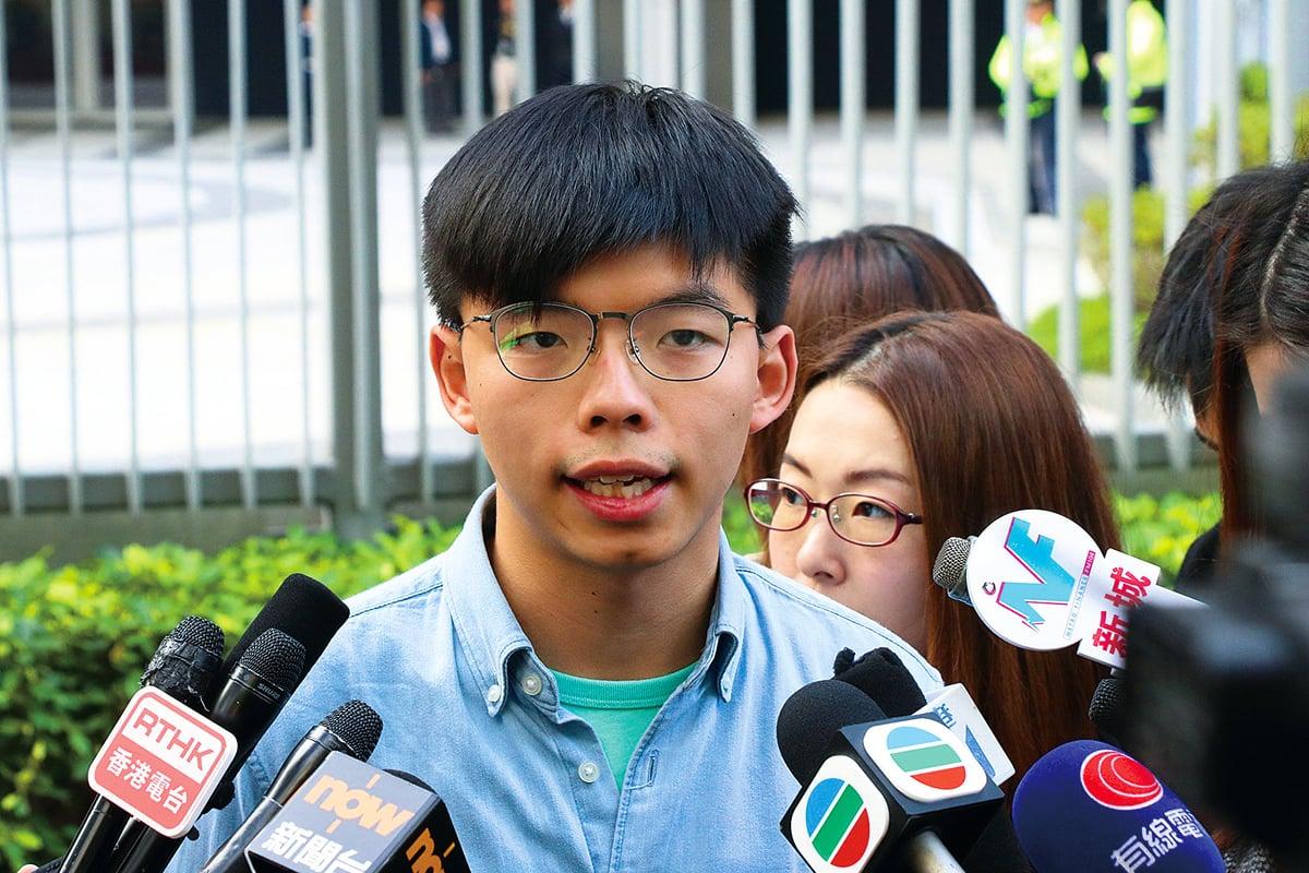 8月8日,香港眾志前秘書長黃之鋒在面書上披露,他手上有一份香港官員在海外擁有國籍或財產的名單。(大紀元資料室)