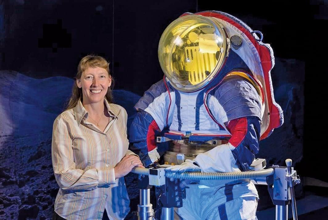 火星太空服和其設計者Amy Ross。(NASA)