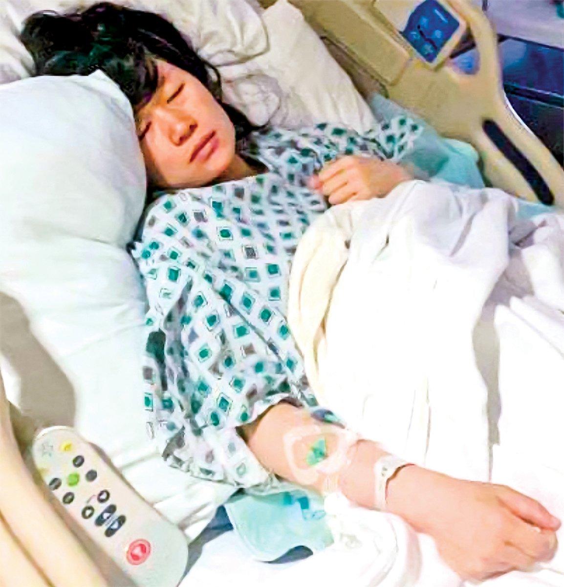 躺在病床上的唐歡玲。(受訪者提供)