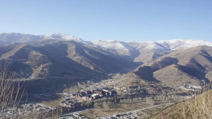 五台山,五峰連台環抱著信仰善惡因果的聖地。(維基百科)