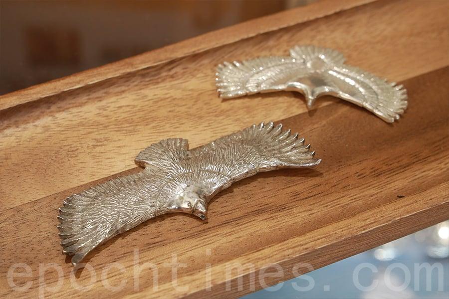 黃師傅退休後,最大愛好便是設計銀飾,圖為他設計並製作的純銀飛鷹。(陳仲明/大紀元)