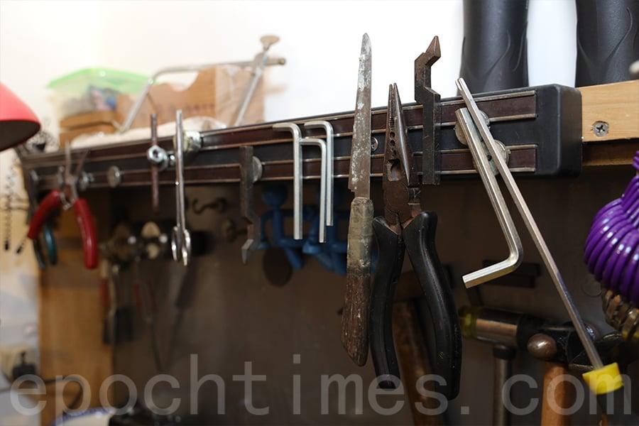 不少打磨工具伴隨Jason的父親多年,如今也起到了大作用。(陳仲明/大紀元)