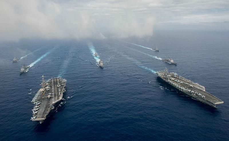 美軍暗示斬首行動,中南海恐慌,北京張貼防空告示。圖為美軍「列根號」與「尼米茲號」航母打擊群。(Specialist 3rd Class Jake Greenberg/U.S. Navy via Getty Images)