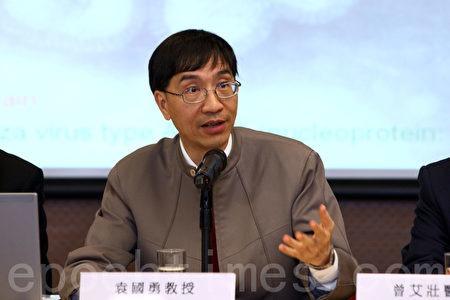 香港大學微生物學系袁國勇教授11日應邀進入廣華醫院視察。他表示,相信群聚感染事件的發生與病人摘下口罩大聲說話、罵人有關係,因病毒可通過空氣傳播。(大紀元資料圖片)
