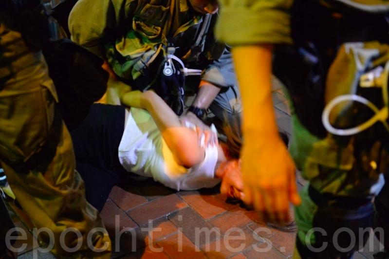 2019年8月11日,北角有「福建幫」襲擊市民及記者,時任城市花園社區主任,現任東區區議員仇栩欣在直播時,遭防暴警員阻止拍攝並壓在地下拘捕。(宋碧龍/大紀元)