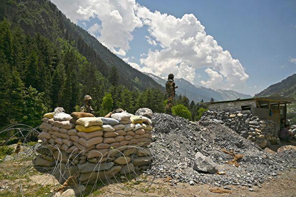 中印邊境衝突再次劍拔弩張。中共部署於新疆和田空軍基地共部署了36架軍機和直升機於邊境增兵4萬。印方亦部署「飆風」戰機、戰鬥機等;計劃於邊境增3.5萬兵力。圖為資料圖。(TAUSEEF MUSTAFA/AFP via Getty Images)