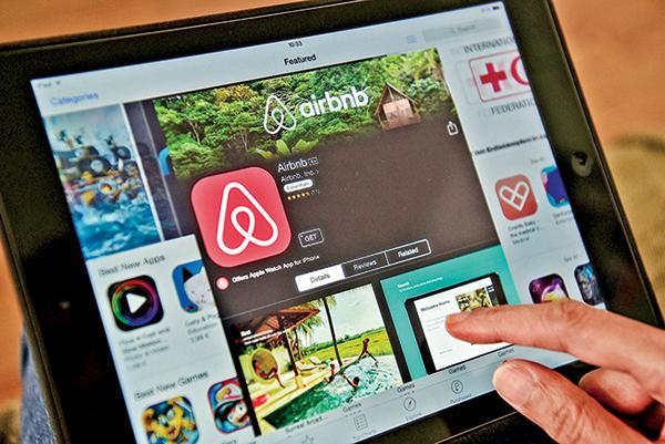 一部平板電腦上顯示的 Airbnb 網站。(Getty Images)