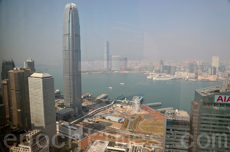 美國制裁中共高官,將危及到港元的聯匯制度,使香港金融體制遇挫。圖為烏雲密佈的香港中環(余鋼/大紀元)