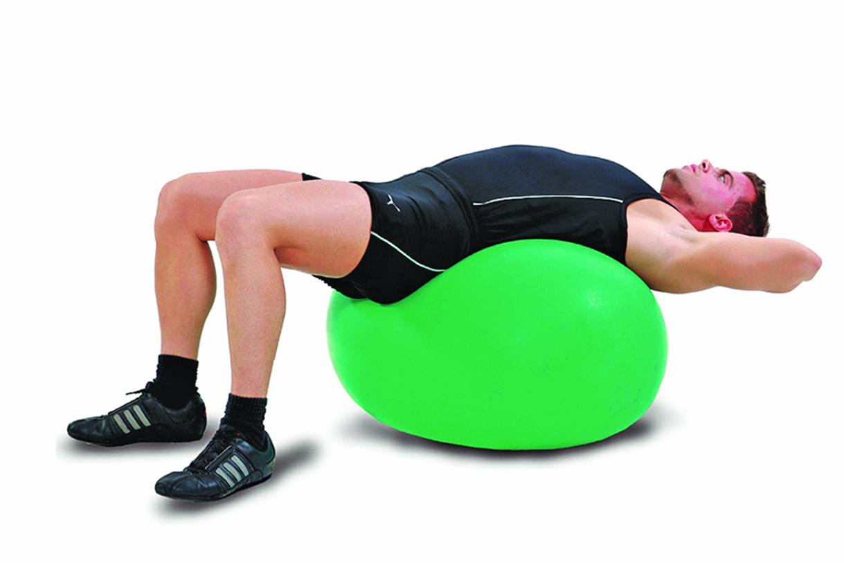 手放頸背的變化式,做這個動作可以放鬆脊椎和背肌。