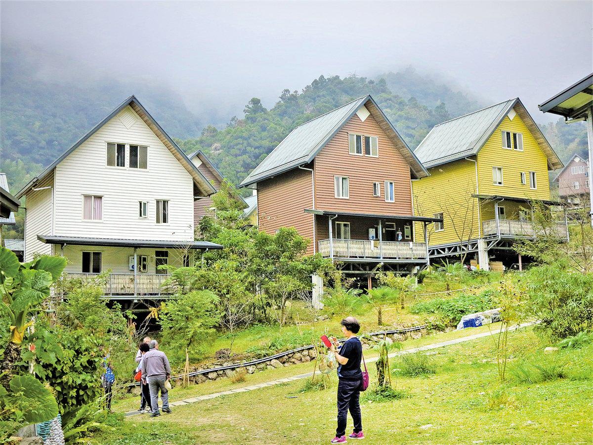參觀過日本合掌屋寧靜村的遊客,來到「得恩亞納」可能會有點小小的失落,但是只要走進木屋聚落就會感受到熟悉的當地氣氛。