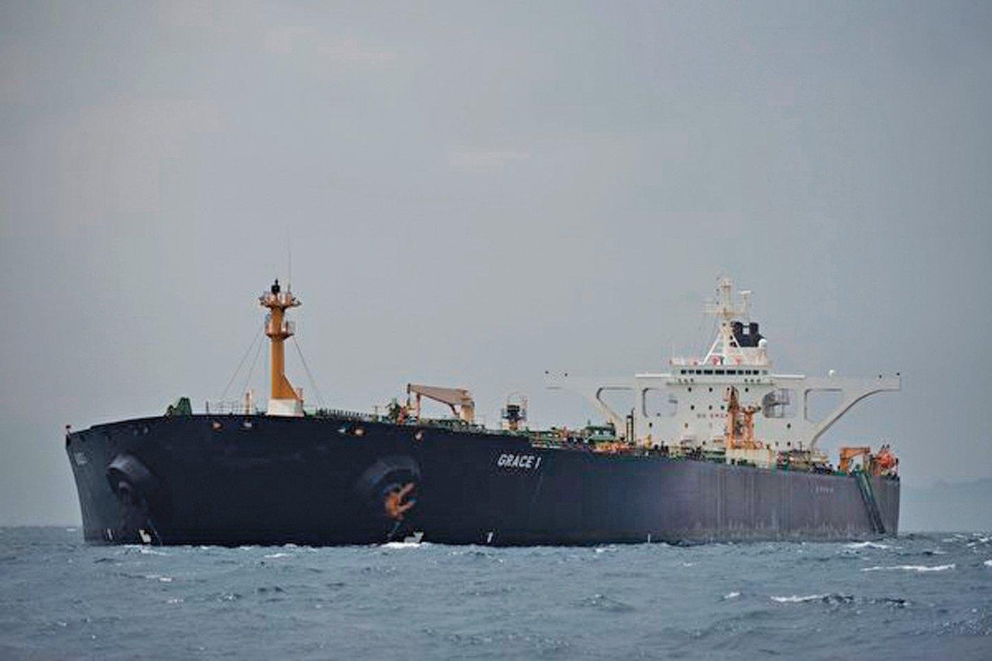 《金融時報》於2019年8月4日引述消息指,崑崙銀行僱用了一隻油輪艦隊,將伊朗石油運往中國。圖為2019年7月6日,停靠在英國海外領土直布羅陀外海的一艘油輪。(JORGE GUERRERO/AFP/Getty Images)