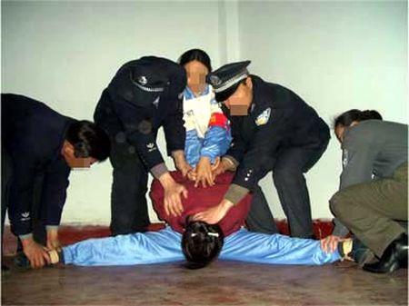 中共酷刑演示:強行將受害者的雙腿一字形劈開。(明慧網)