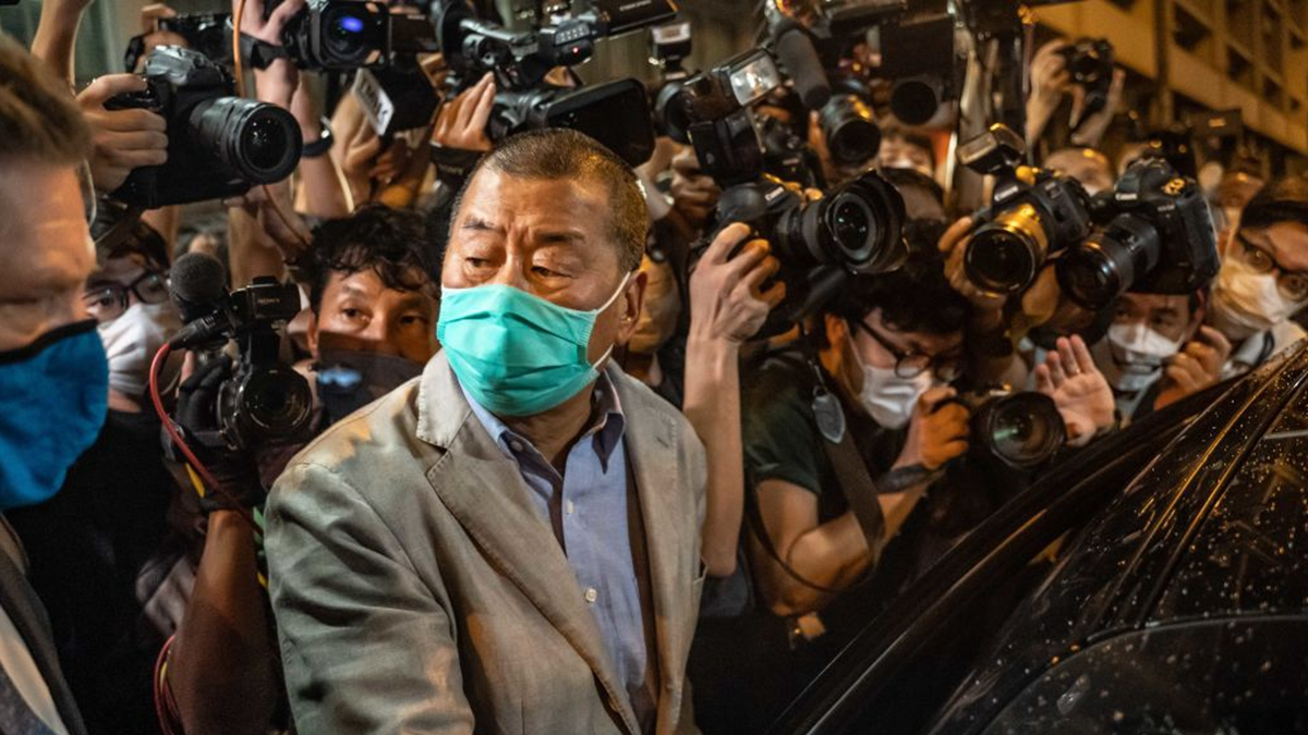 香港壹傳媒創辦人黎智英2020年8月12日中午回到《蘋果日報》大樓上班,受到員工熱烈的歡迎。圖為黎智英獲保釋走出警署。(Anthony Kwan/Getty Images)