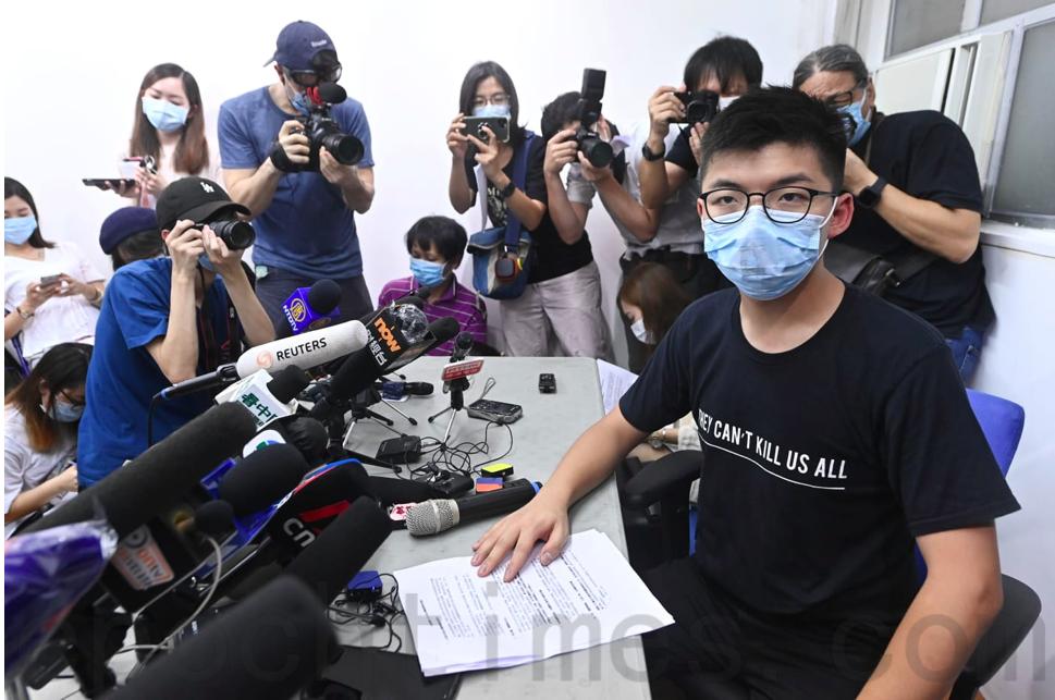 7月31日,黃之鋒被取消參選提名後會見傳媒。(宋碧龍/大紀元)