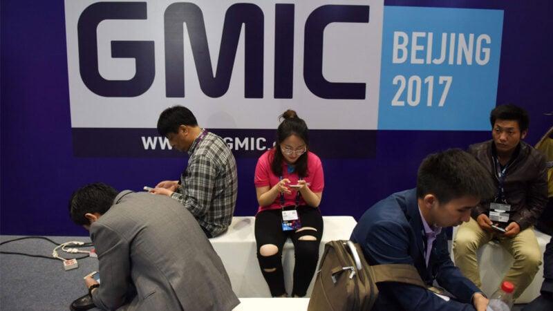2017年4月27日,在北京舉行的全球移動互聯網大會(GMIC)展覽會外休息區的訪客。(GREG BAKER/AFP via Getty Images)