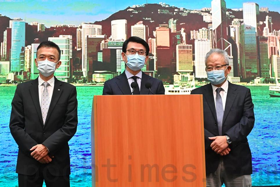 今日(13日)下午,商務及經濟發展局局長邱騰華(中)與商會代表會見傳媒,回應美國規定從9月25日開始,輸往美國的香港產品要求標示「中國製造」。(宋碧龍/大紀元)