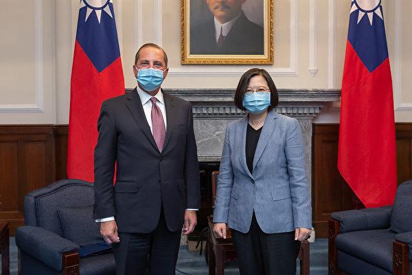 中華民國總統蔡英文(右)8月10日上午於總統府接見「美國衛生部長阿扎爾(Alex Azar)訪問團」。(總統府提供)