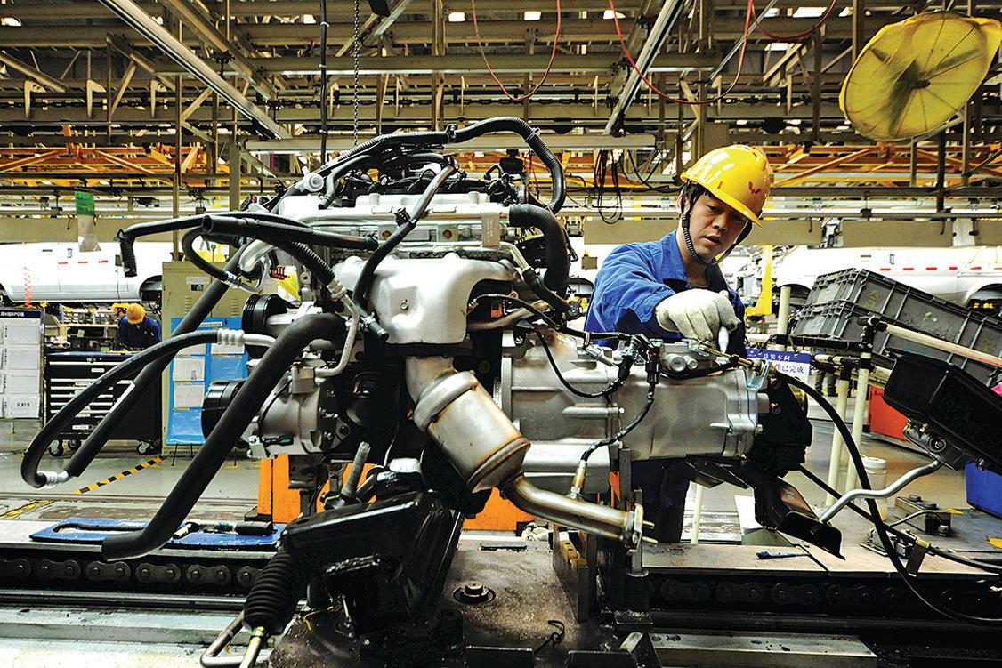山東青島一家汽車廠的組裝線。(AFP)