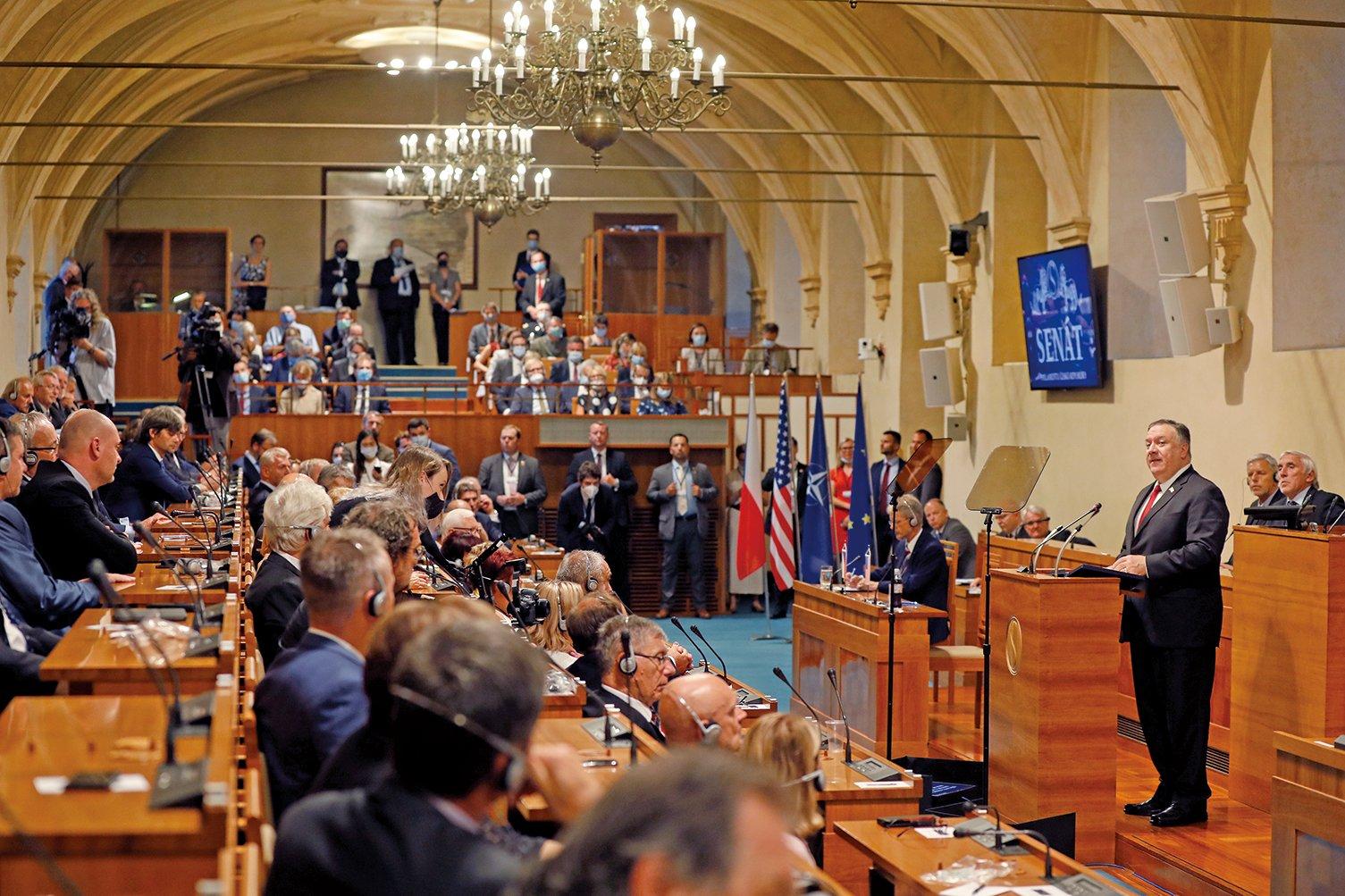 圖為美國國務卿蓬佩奧8月12日在捷克首都布拉格發表講話。(Getty Images)
