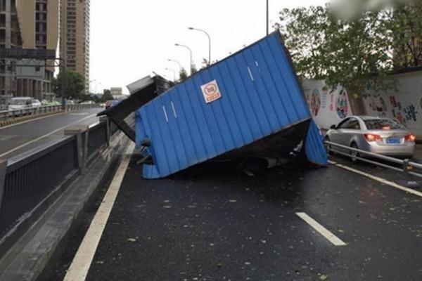 8月7日,成都市區貨櫃箱被強風吹翻墮地損毀。(網絡圖片)