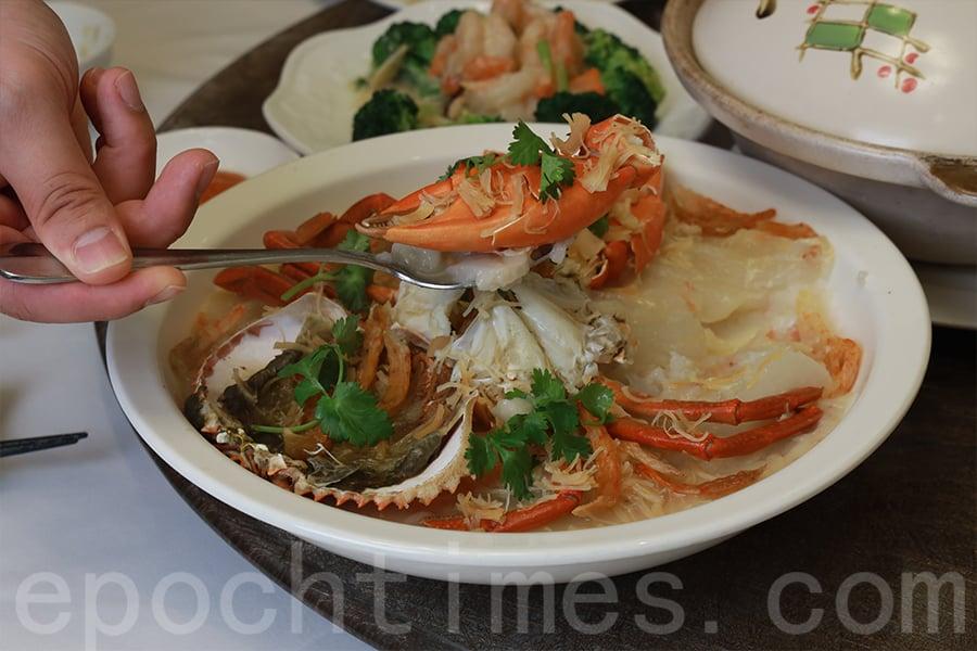 特色菜式——蘿蔔糕蒸蟹。(陳仲明/大紀元)