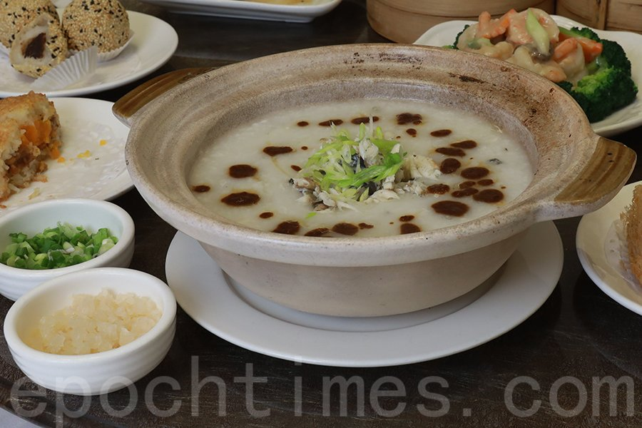 特色菜式——拆肉泥鯭粥。(陳仲明/大紀元)