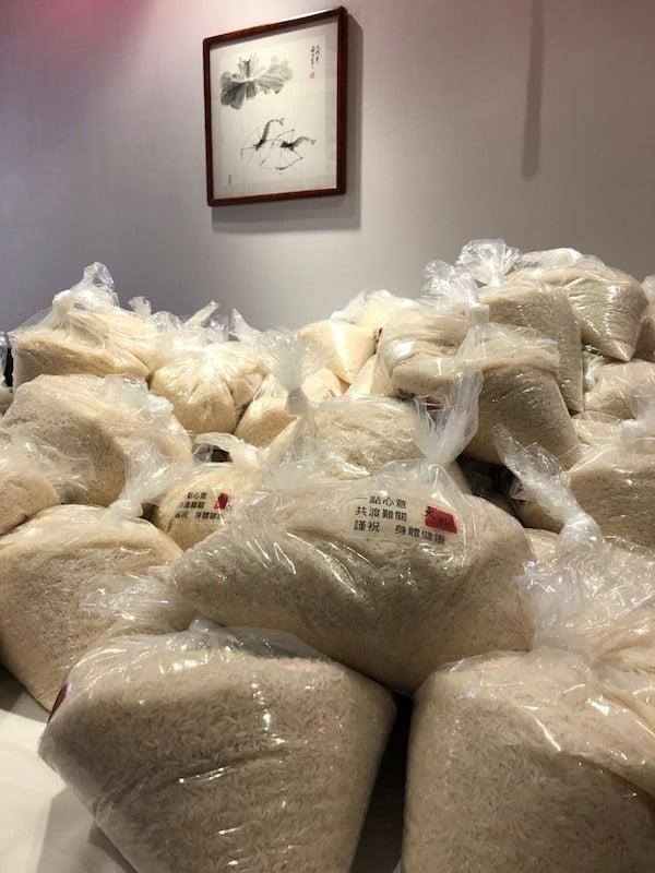 大圍小館員工包裝了600袋「福米」贈予長者。(受訪者提供)