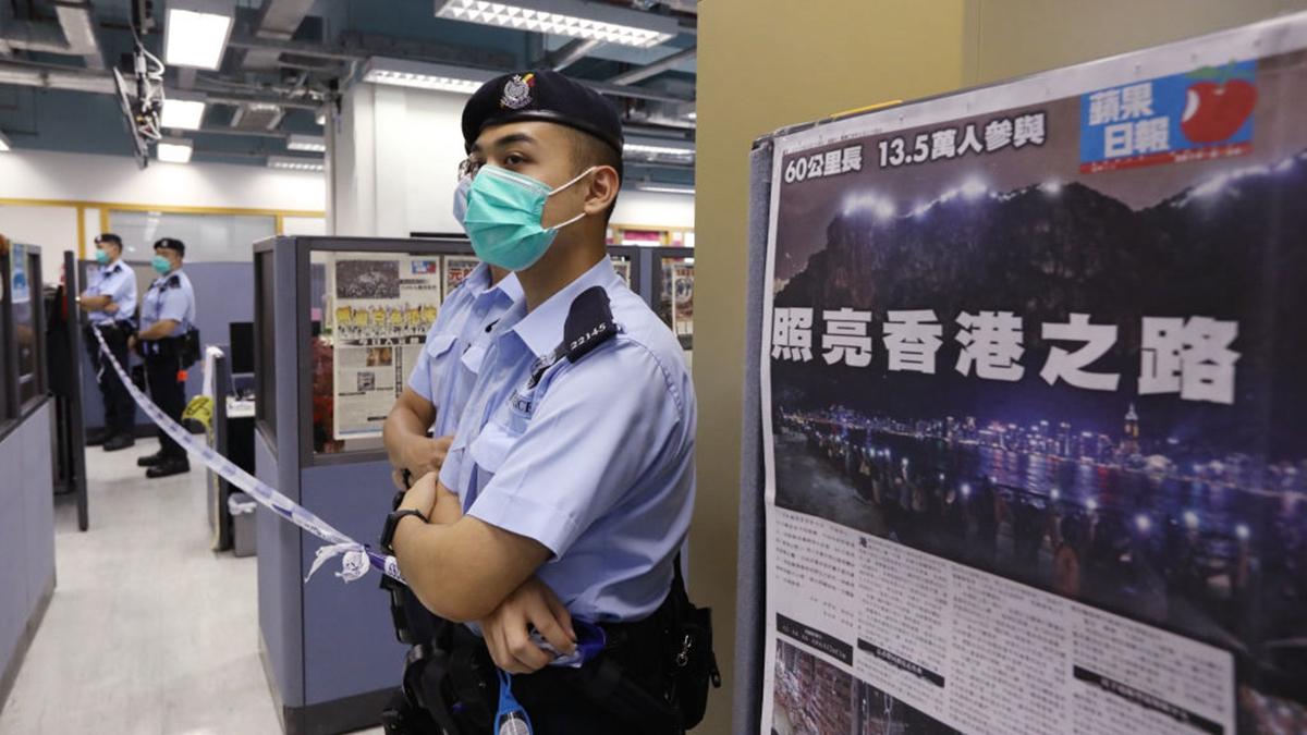 中共強推港版國安法,砸爛香港自由法制,香港已經回不去了。圖為港警搜查壹傳媒大樓。(Handout/Getty Images)
