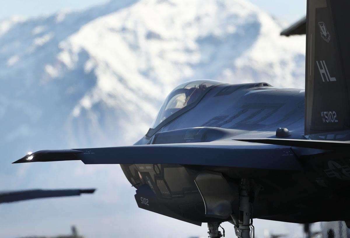 日本防衛省斥資160億購買馬毛島,建F-35、F/A-18戰機訓練基地;距離上海市中心僅約859公里,F-35戰機1小時可達。圖為新型F-35戰鬥機。(George Frey/Getty Images)