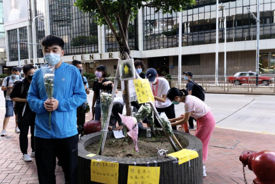 香港市民悼念義士梁凌傑 「lunch哥」被警方兩度票控並帶走
