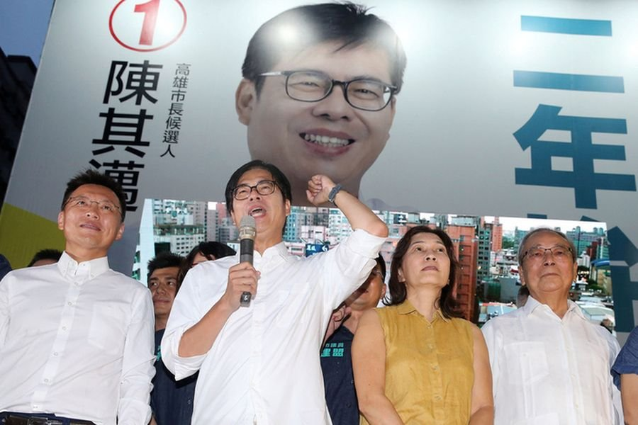 台灣民進黨高雄市長補選候選人陳其邁(左2)8月15日以逾67萬票當選,晚間出面發表談話,強調將把產業轉型、增加就業、重大交通建設及解決空污列為四大優先。(中央社)